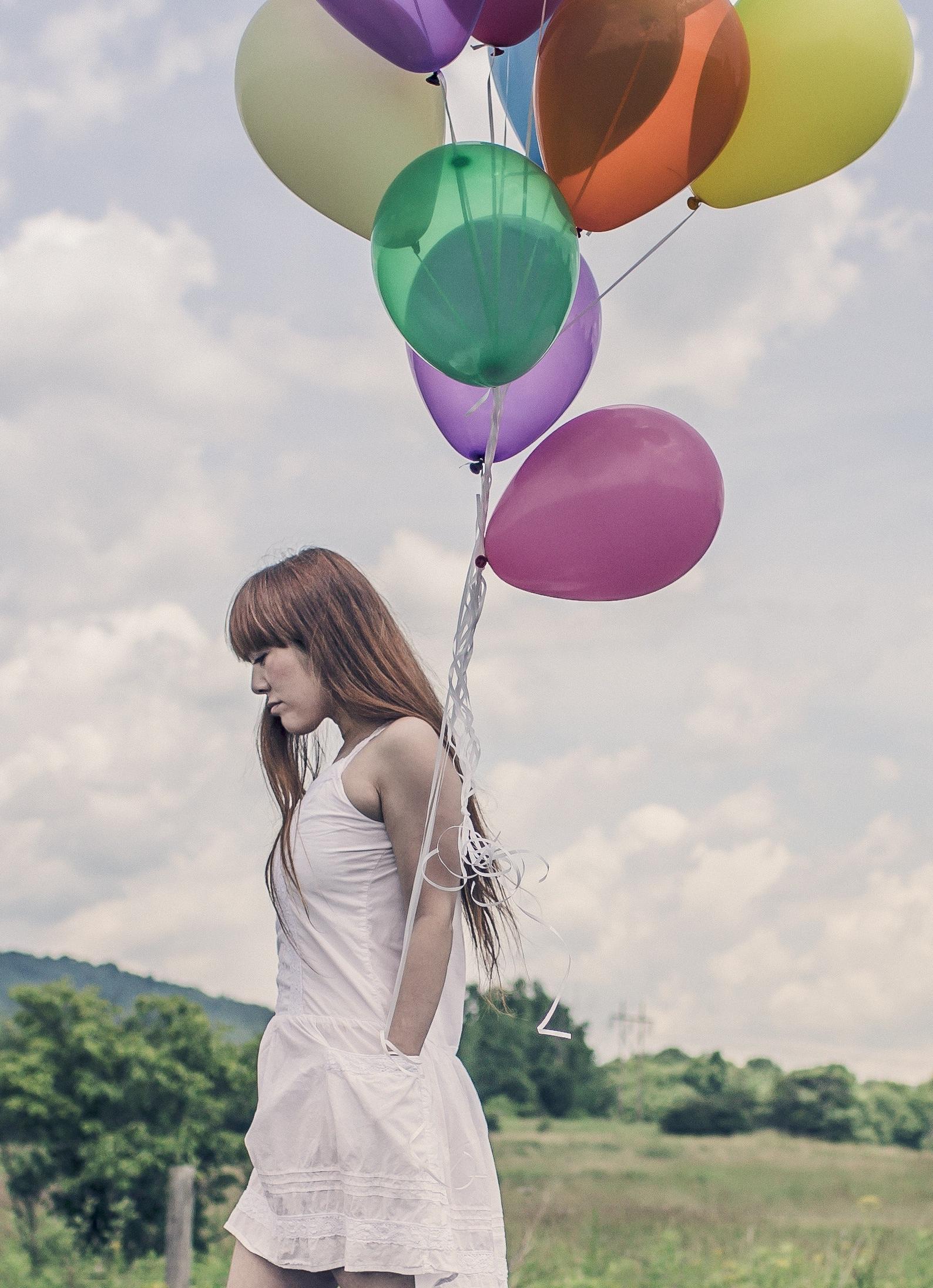 jeune fille avec ballons de couleurs